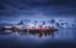 有小船的在晚上, Lofoten海岛美丽的渔村 免版税库存照片