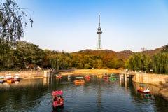 有小船的小池塘在中山公园在秋天,青岛,中国 免版税库存图片