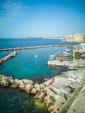 有小船的小游艇船坞在塔兰托沿海岸区的海岸在意大利 免版税库存照片