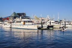 有小船的巴尔的摩港口 图库摄影