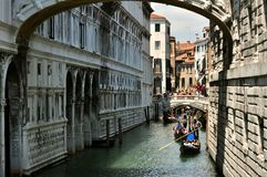 有小船的平底船的船夫在威尼斯,意大利 免版税库存图片