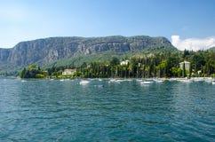 有小船的意大利海岸线港口 免版税库存图片
