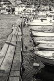 有小船的木码头在港口,特罗吉尔,克罗地亚,无色 库存照片