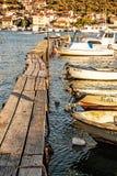 有小船的木码头,特罗吉尔,克罗地亚,黄色过滤器 免版税库存照片