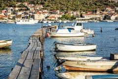 有小船的木码头在港口,特罗吉尔,克罗地亚 免版税库存照片