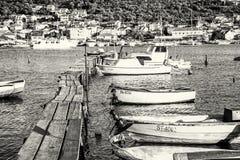 有小船的木码头在港口,特罗吉尔,克罗地亚 免版税库存图片