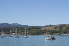 有小船的海洋在蓝色海 L 免版税库存照片