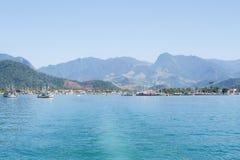 有小船的海洋在蓝色海 L 库存图片