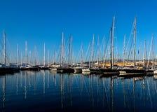 有小船的海滨广场 免版税库存照片