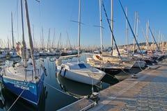 有小船的海滨广场 免版税库存图片