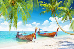 有小船的热带海岛 免版税库存图片