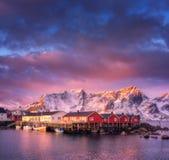 有小船的美丽的渔村在日出 免版税库存照片