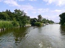 有小船的船库后边在河 库存照片