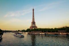 有小船的艾菲尔铁塔在平衡巴黎 库存照片