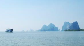 有小船的蓝色海在下龙湾在越南 免版税图库摄影