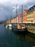 有小船的运河在哥本哈根 库存照片