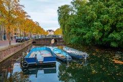 有小船的运河在荷恩,荷兰 图库摄影