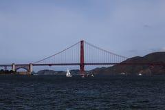 有小船的金门大桥旧金山湾 免版税库存图片