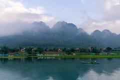 有小船的镇静河在Phong Nha Ke轰隆国家公园,越南 与垂悬的云彩的美好的日出在小山 库存照片