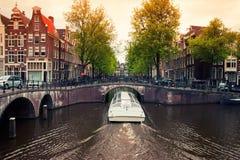 有小船的阿姆斯特丹运河 免版税库存图片