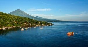 有小船的风景盐水湖在小村庄Amed 库存照片