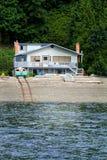 有小船路轨的海滨别墅 库存照片
