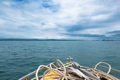 有小船锚的一条在美丽的清楚的海的小船和绳索和 免版税库存图片