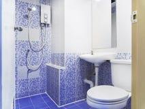 有小蓝色陶瓷颜色装饰、洗手间、水盆和镜子的老牌洗手间 免版税库存图片
