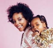 有小逗人喜爱的女儿的h年轻俏丽的非裔美国人的母亲 免版税库存图片