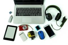 有小配件或电子设备的书桌每日用途、手提电脑、手机和数码相机的 免版税库存图片
