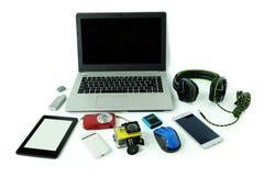 有小配件或电子设备的书桌每日用途、手提电脑、手机和数码相机的 库存图片