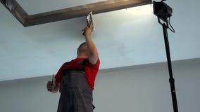 有小铲的工作者应用在石膏板天花板的补白 点燃的适当位置 影视素材