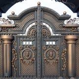 有小门和两曲拱的,金黄灰色新的伪造的金属巨型的门,做在上古 免版税图库摄影