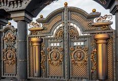 有小门和两曲拱的,金黄灰色新的伪造的金属巨型的门,做在上古 免版税库存照片