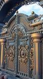有小门和两曲拱的,金黄灰色新的伪造的金属巨型的门,做在上古 库存图片
