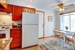 有小饭厅的厨房室 免版税库存图片