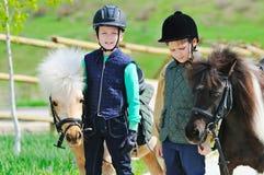 有小马的二个男孩 图库摄影