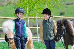 有小马的二个男孩 库存照片