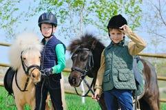 有小马的二个男孩 免版税库存图片