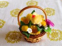 有小鸡的复活节杯子 库存照片