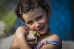 有小鸡的女孩 免版税库存图片