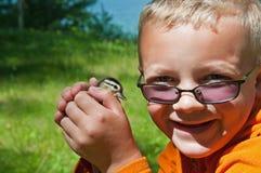 有小鸭子的男孩 库存照片