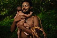 有小婴孩的愉快的年轻父亲 免版税库存照片