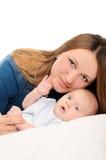 有小婴孩的年轻母亲白色的 免版税库存照片