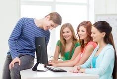有小组微笑的学生讨论 免版税库存照片