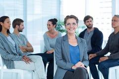有小组疗法的治疗师在会议上 免版税库存照片