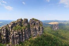 有小组的全景岩石从观点和Falkenstein看见的Schrammsteine在撒克逊人的瑞士 图库摄影