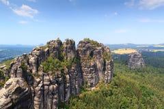 有小组的全景岩石从观点和Falkenstein看见的Schrammsteine在撒克逊人的瑞士 库存图片