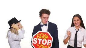 有小组年轻的朋友跳舞和党-演播室射击 股票录像