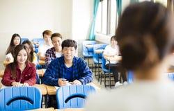 有小组的老师大学生在教室 免版税图库摄影